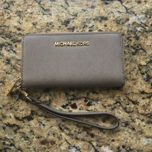 💫Price Drop Michael Kors Travel Wristlet Wallet